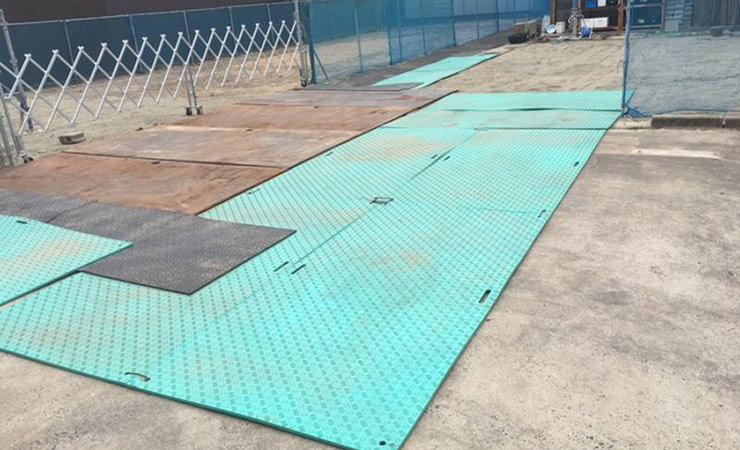 工事現場の出入り口に樹脂敷板を利用