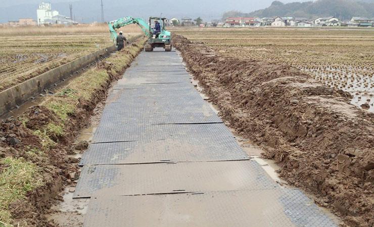 田んぼの用水路工事に樹脂敷板を利用