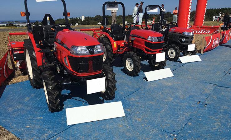農機具展示会に樹脂敷いたWボードを利用。農機具が乗り上げてもへこみません