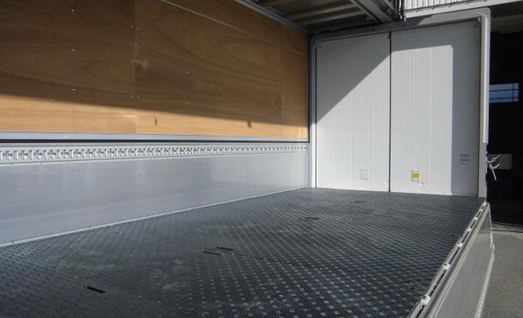 トラックの荷台の床板に木の板より頑丈な樹脂敷板を敷いて問題解決