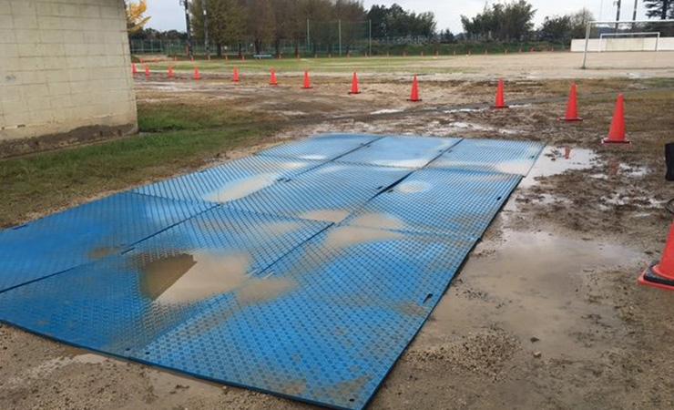 青いプラスチック敷板で洗車場が目立ちトラックや重機が止まりやすい!