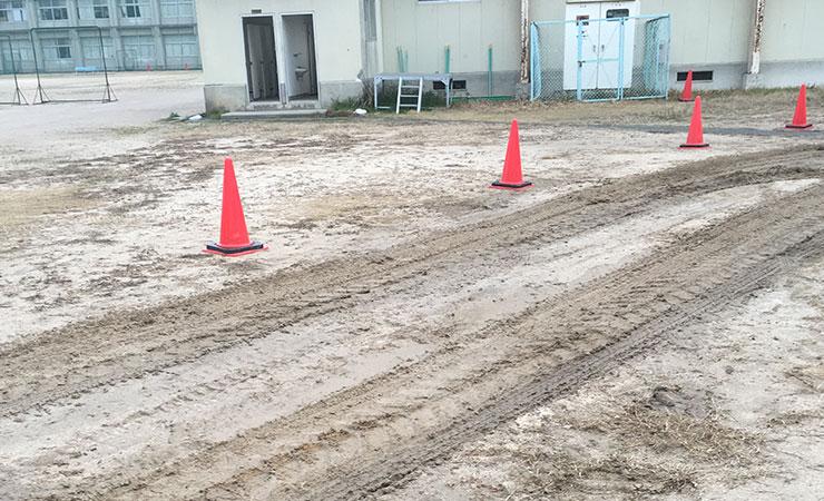 トラックが走ると土がへこむし、学校周りの道路がトラックのタイヤの土で汚れてしまう