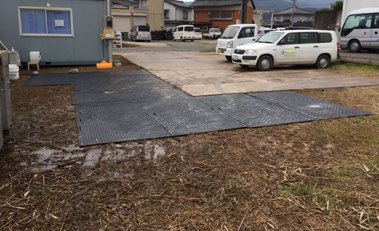 工事現場の借りた土地(借地)を傷めない為にプラスチック敷板を利用