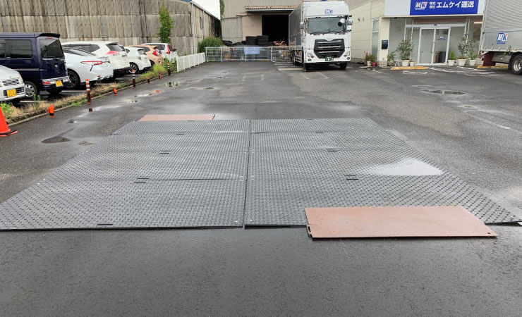 リフォーム現場の通路にプラスチック敷板を利用