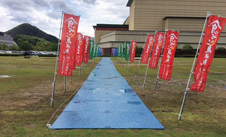雨でぬかるんだ芝生を人が通れるように樹脂敷板で通路を作成