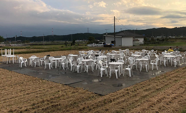 田んぼの真ん中に樹脂敷板を敷いてイベント会場に利用