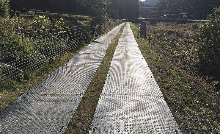 樹脂敷板(プラスチック敷板)を河川工事の地中配線養生で使用