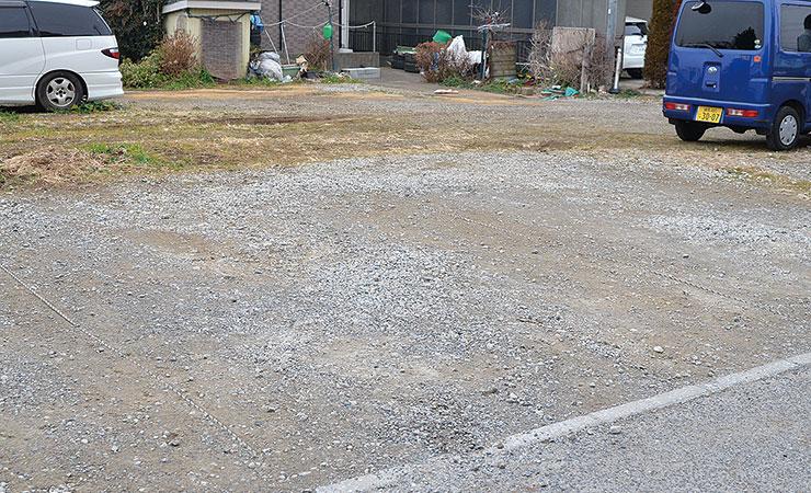 仮設駐車場に樹脂敷板を敷く前は砂利が散乱している