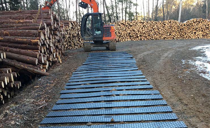 舗装していない林道に樹脂敷板を敷くとスタックすることなく走行できる!