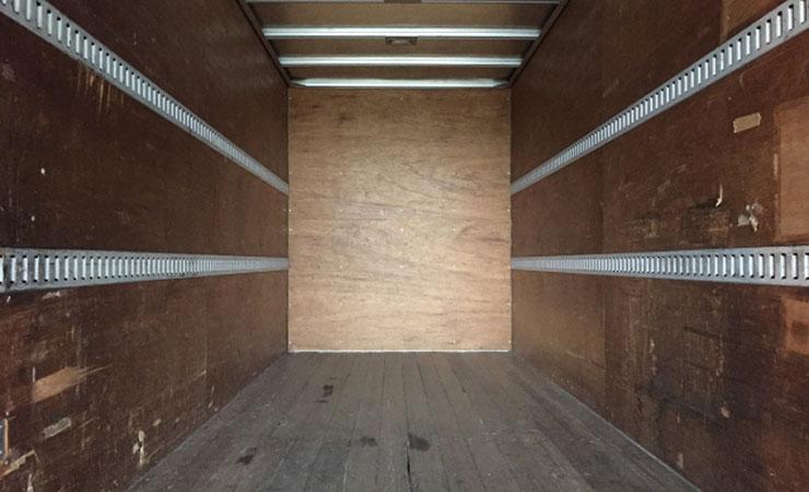 トラックの荷台の床板は木材なので腐りやすく割れやすい