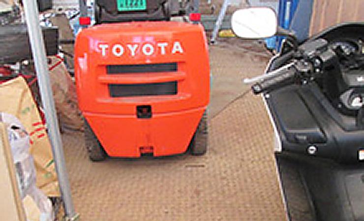 田んぼの農機具置き場に樹脂敷板ディバンを使用。これまでの悩みだった空転(スタック)やはまりを解消でき、作業時間が大幅に削減されました