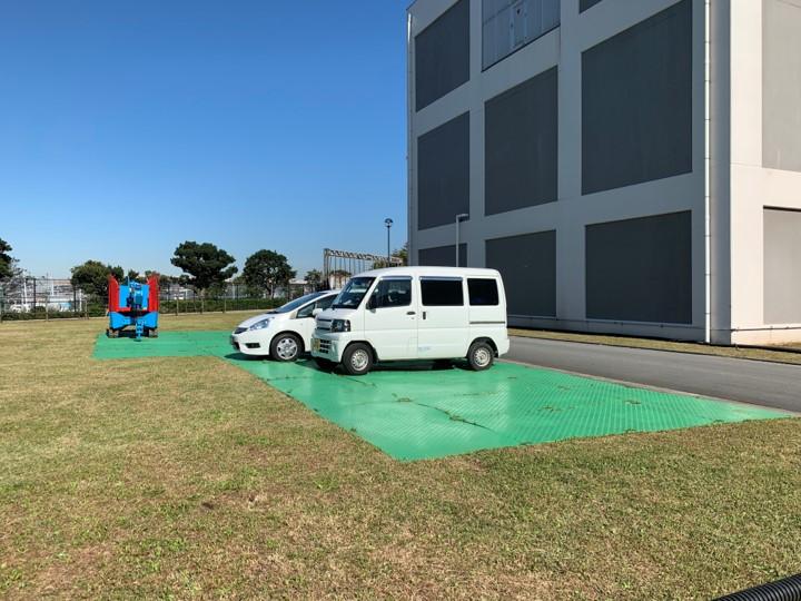 プラスチック敷板だと柔らかい土地でも車の駐車が安心
