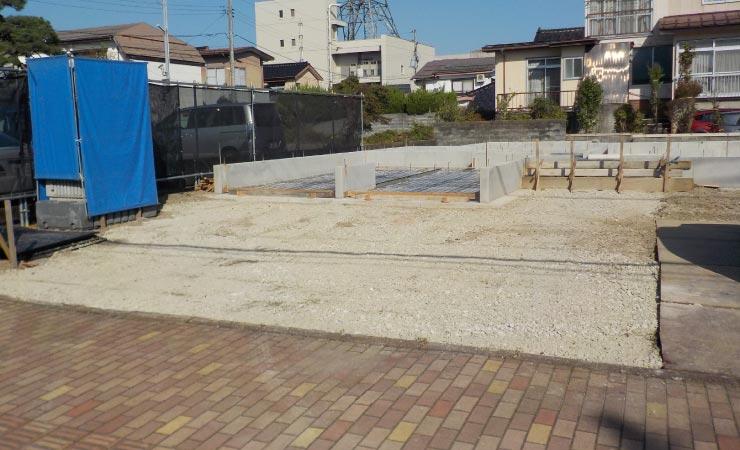 建設途中の敷地に車を停めたい場合は鉄板かプラスチック敷板で養生