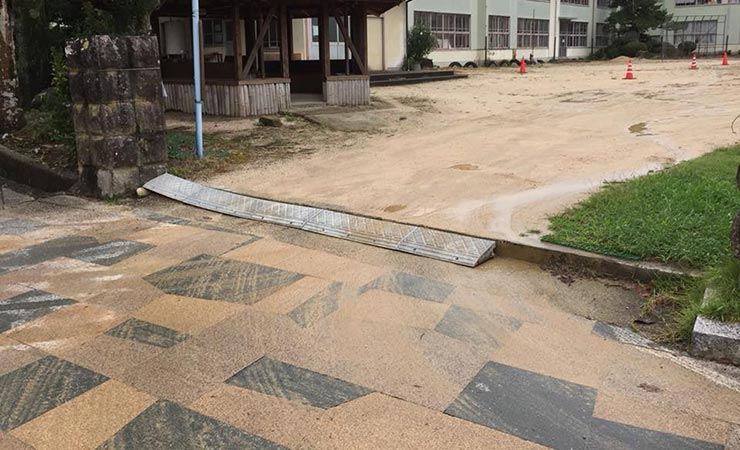 雨が降ると土がぬかるみインターロッキングも汚れてしまう