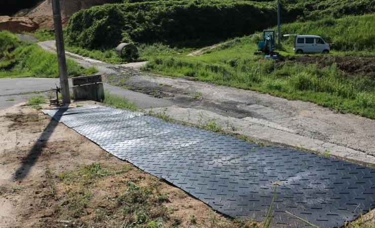 畑を一時的な駐車場に。砂利やコンクリート舗装できない場合の仮設舗装にプラスチック敷板を使ってみた
