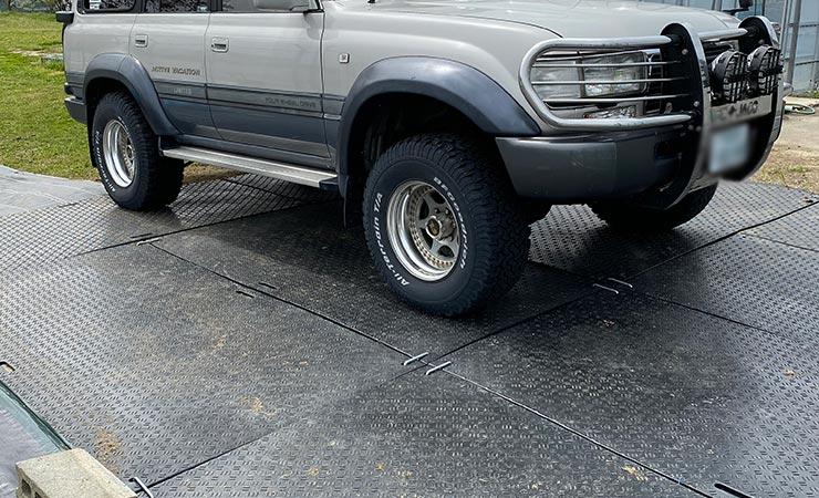 樹脂敷板なら柔らかい通路に敷くだけで大型乗用車が養生できる