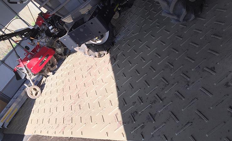 ビニールハウス倉庫にプラスチック敷板を利用